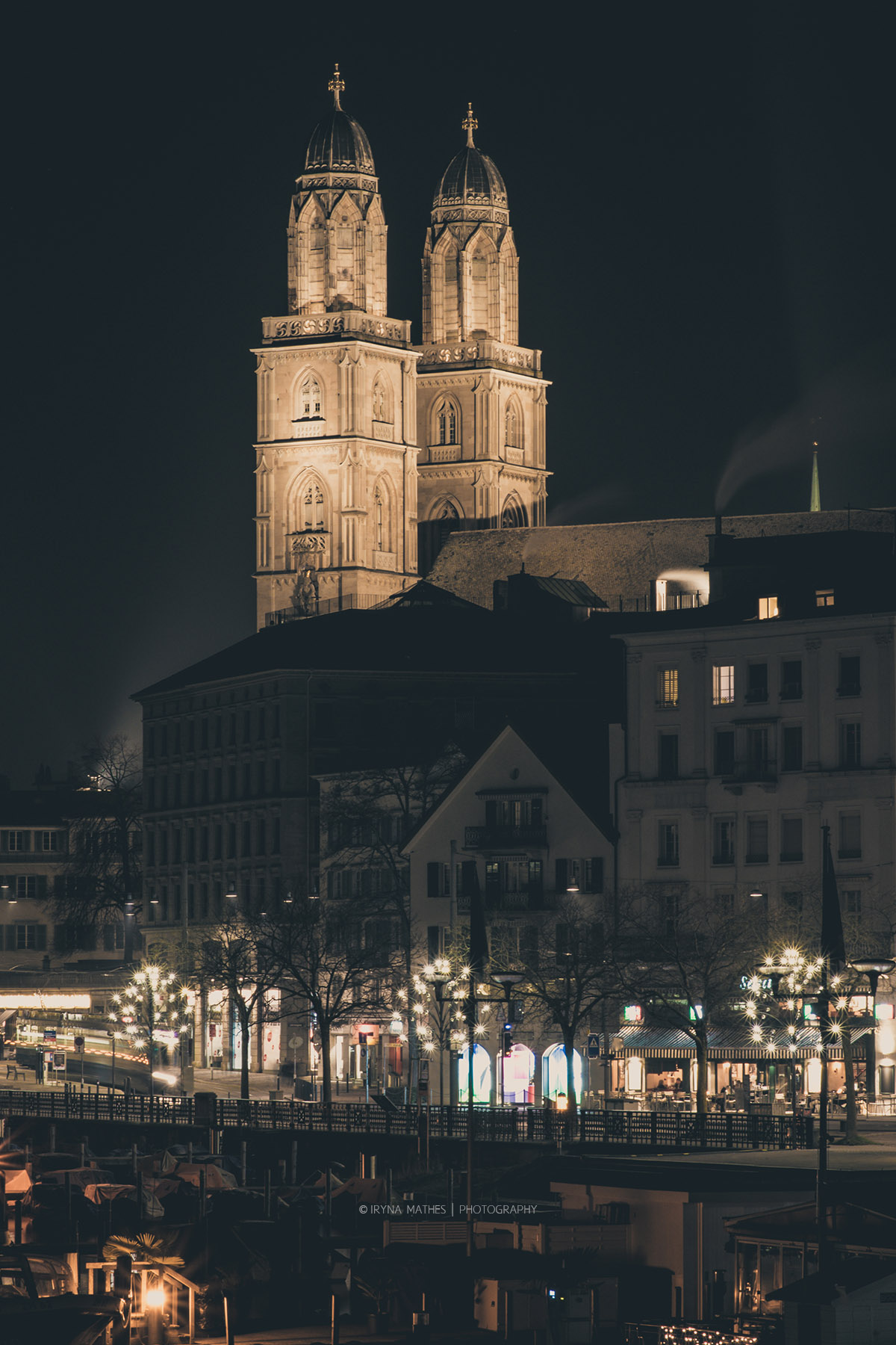 Zürich. Grossmünster Kirche am Nacht. Reise Fotografie Iryna Mathes