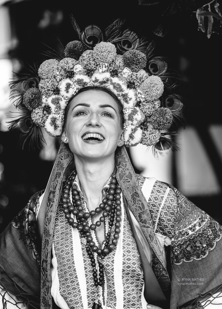 Porträt einer jungen Frau in einem traditionellen ukrainischen Kostüm, schwarz-weiß Foto