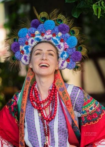 Porträt einer jungen Frau in einem traditionellen ukrainischen Kostüm