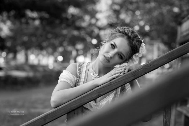 Portrait, outdoor, schwarz-weiß. Mädchen in Dirndl. Beauty Fotosession.