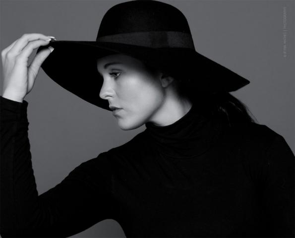 Portrait im Studio. Frau im Hut, schwarz-weis